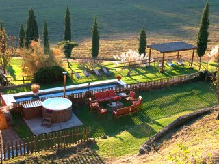 Private Tuscany Villa,Pool, A/C, Hot tub,wi-fi,7BD,15km from Siena