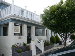2 BR Beautifully Designed Beach House just 1.5 Blocks to Beach