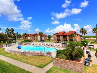 Aransas Harbors, 2/2 ground floor unit in town with Hot Tub