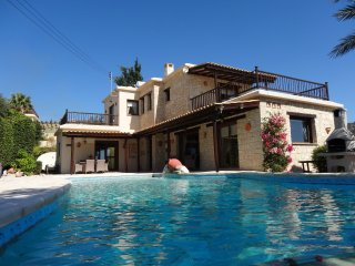 Harmony Villa, Luxury 3 bed, all ensuite, Stunning Infinty Pool and Sea views