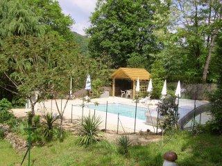 piscine clôturée avec portail homologué
