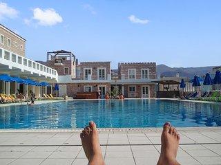 Spacious flat w/ pool & sea view
