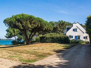 Spacious seafront villa in Morbihan