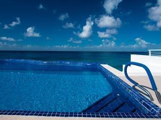 Miramar #202, Stunning Oceanfront 1 bdrm condo, North Shore, Great Snorkeling!