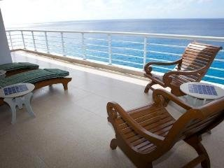 Nah ha#702, Beautiful Oceanfront 3 bdrm condo, North Shore, Great Snorkeling!