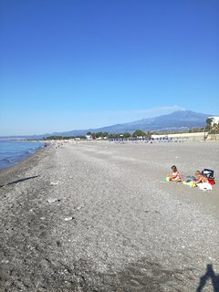 spiaggia libera ed attrezzata da lidi privati antistante casa con vista sul vulcano Etna
