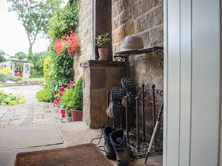 HOLLY BECK STABLES, holiday cottage
