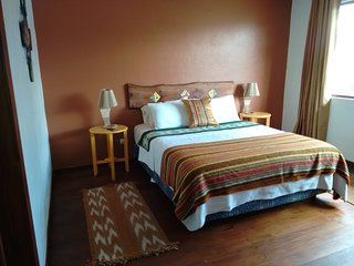 Casa El Jardin, Queen En-Suite Room Near the River Tomebamba, Breafast & WiFi