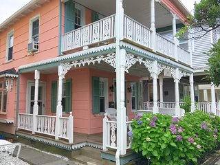 """Creamcake"" 1880 Victorian home 2 blocks to the beach 3 brdm / 2 bath sleeps 6+"