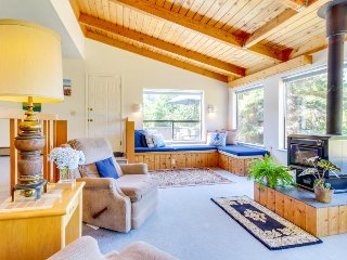 Sunny home w/ private hot tub & deck, shared pools & saunas - 2 dogs welcome!