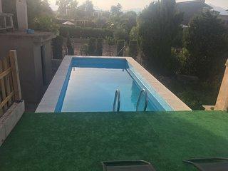 Campo con piscina y barbacoa