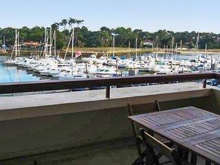 Studio w/ pool overlooking marina