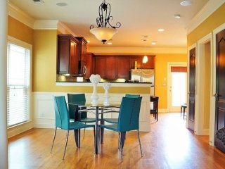 Luxe 3Bed 2. 5Bath Town Home Sleeps 8/Garage..#005