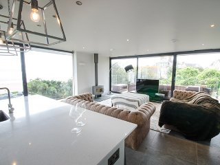 The Lookout at Parade House - Definite WOW factor with views and hot tub!
