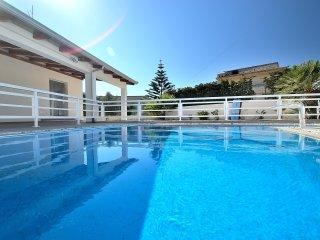AL062 Villa con piscina privata fino a 10 posti climatizzata wi-fi bbq parking