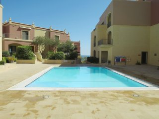 Cozy Modern Apartment With Swimming Pool Wifi 10 mins walk to the beach