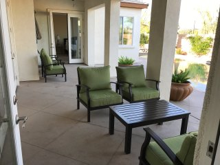 La Quinta home with privacy and a huge pool, Bermuda Dunes adjacent