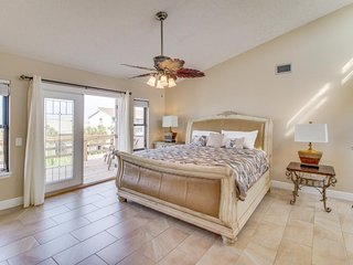 Gorgeous ocean escape, steps from the beach - private washer/dryer & free WiFi!