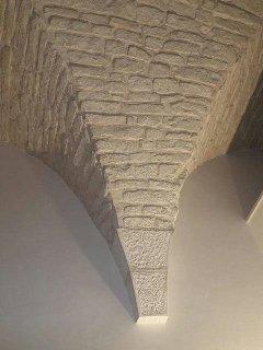 Pilastro antico di pietra viva