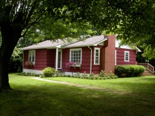 Little Red House- Peaceful and Private with Hot Tub- 10 min to Downtn Asheville