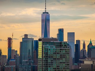 VIEW! Pool, gym! Times square 20min! WTC 1 stop.