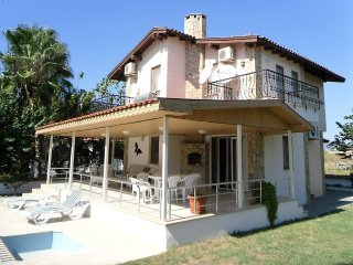 Detached 3 bed villa in own grounds with private pool. Close to town and river.