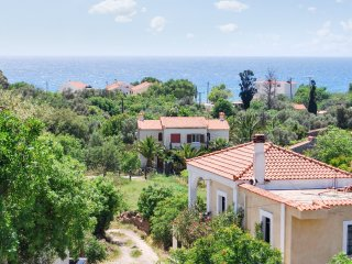 Spacious villa w/ sea views & WiFi