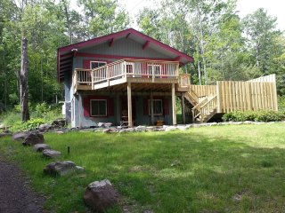 Charming Hunter Mtn. Chalet-- Therapeutic Hot Tub --Walk to Town & Ski Slope