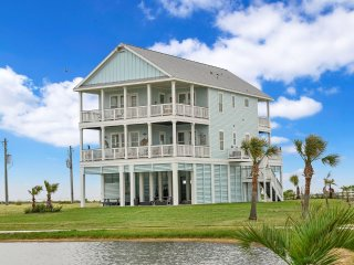 ***New Luxury Water Front, Family Beach House with Four Balconies, Bar with HDTV