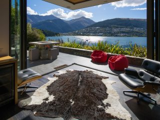 Lakeside Luxury - spectacular holiday home