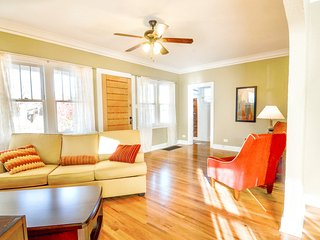 Book Urban-4BR home just 3 Blocks 2 Sloan's Lake - 2 Living Rooms-Great Rates!