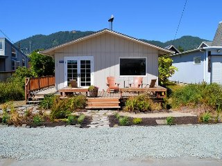 THE ARLIS~Adorable cottage 1 short block to town and 2 blocks to the beach!!