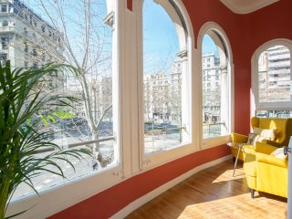 Spacious city centre apartment with indoor garden in the Eixample area - B369