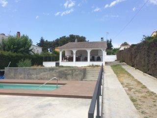 Casa con jardin, barbacoa y piscina