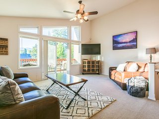 Bright duplex w/ golf, skiing, &  balcony w/ mountain view - close to everything