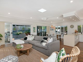 Burleigh Beach House, Walk to beach, WiFi, Dog Friendly