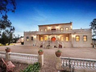 VILLA TUSCANY MELBOURNE - OLD STYLE ELEGANCE, PRIVACY AND SPACE,  SLEEPS GROUPS