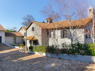 Luxurious 4 bedroom ensuite in Constantia