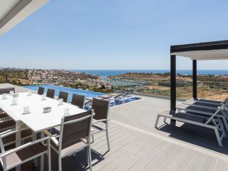 AGUIA-MAR Luxury villa, games room, AC, pool, WiFi, hilltop location, sea views