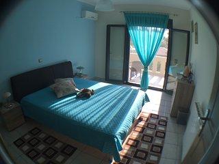 Chambre climatisée et confortable avec vue sur la mer et les montagnes
