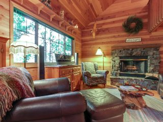 Quiet, secluded cabin on Lake Pend Oreille - great romantic getaway!
