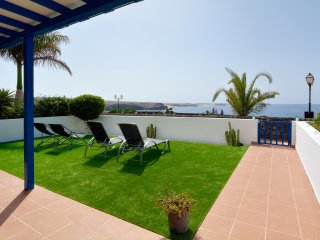 Villa Vista Mar is a holiday home with ocean views, situated in Playa Blanca.
