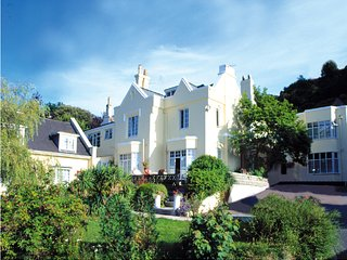 Self-catering studio apartment, nr Torquay harbour