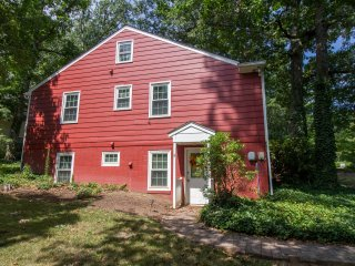 Rugby Ave | Apartment Getaway in Quiet Neighborhood Near UVA - LT Stays Welcome