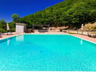 Vista Del Mondo/Sleeps 12, with shared pool, 3 mins walk away. Rome 1 hr 15 mins