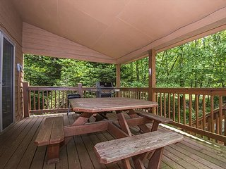 Centrally located chalet with outdoor hot tub!