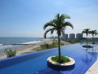 Beachfront Apartment, 5 min Walled City, 2 WiFi, pool, jacuzzi, sauna, gym