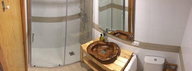 Baño con amplia ducha.