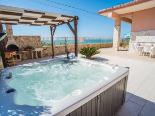 VILLA SEAFRONT JACUZZI WIFI FREE A/C BBQ
