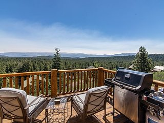 Tahoe Donner 4BR w/ Hot Tub, Pool & Mountain Views - Close to Skiing & Beach